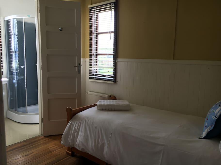 Habitación single con baño privado con ducha