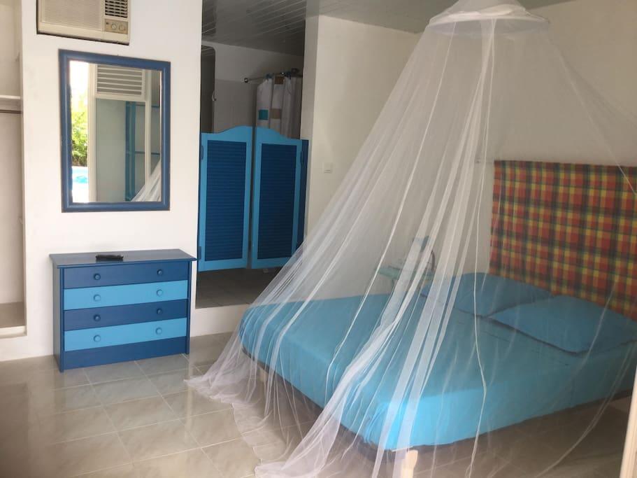 lit avec moustiquaire et climatiseur