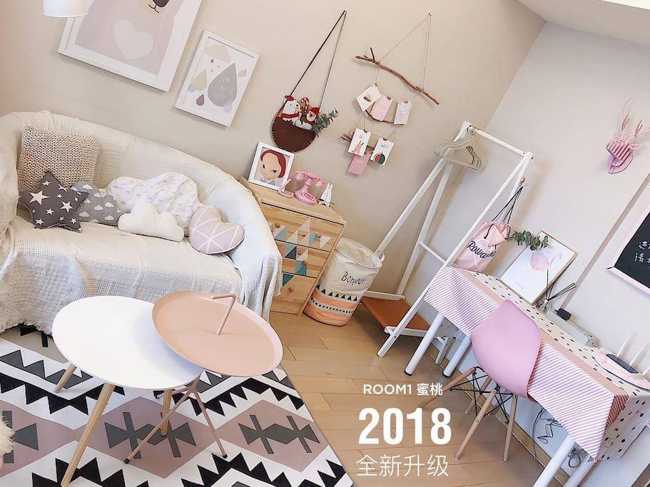 2018新更换地毯、沙发毯、增加桌布、茶几、小装饰品,床品升级为无印良品水洗棉材质,增加了房间的舒适度和美观度。
