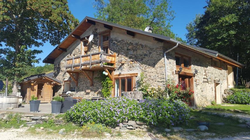 La Grange à Line au milieu des Alpages - Le Pontet