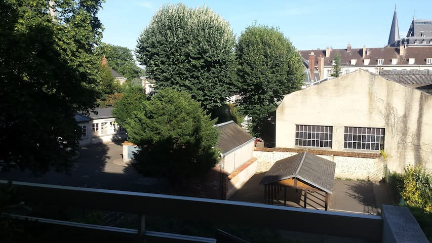 CHARTRES centre ville. Appartement calme, parking.