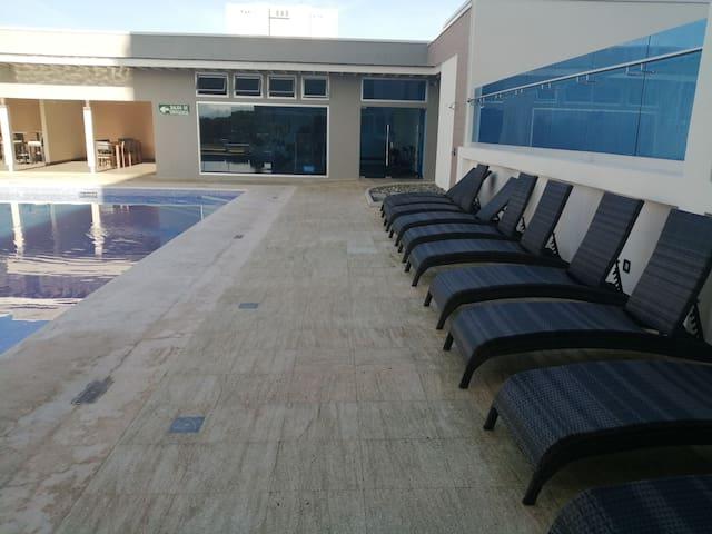 Costado de la piscina.