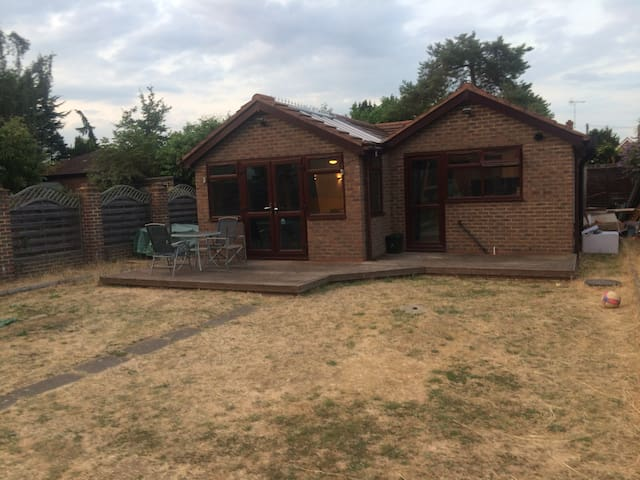 Entire Self-Contained Bungalow nr London Heathrow