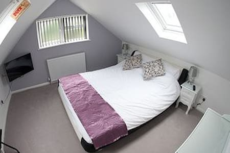 Suite with bedroom, bathroom & kitchen/diner - West Drayton
