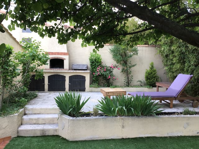 La terrasse avec le coin barbecue et plancha