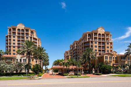 Stunning Waterfront 3BR Condo @ Belle Harbour