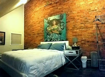 Spacious loft with 60in TV - Wilmington - Ház