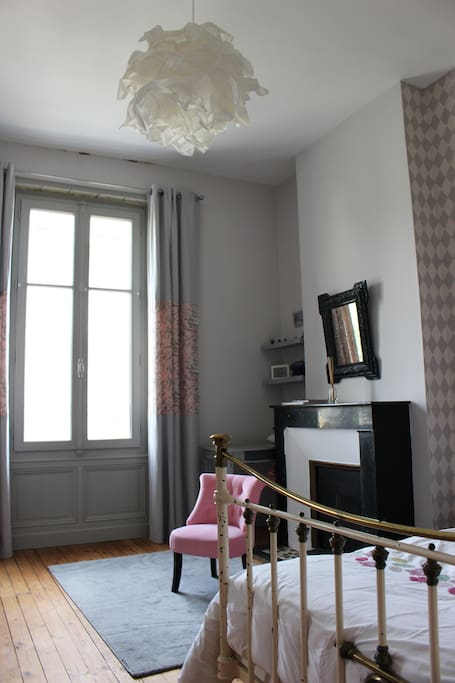 chambre avec sdb petit d jeuner maisons de ville louer angoul me poitou charentes france. Black Bedroom Furniture Sets. Home Design Ideas