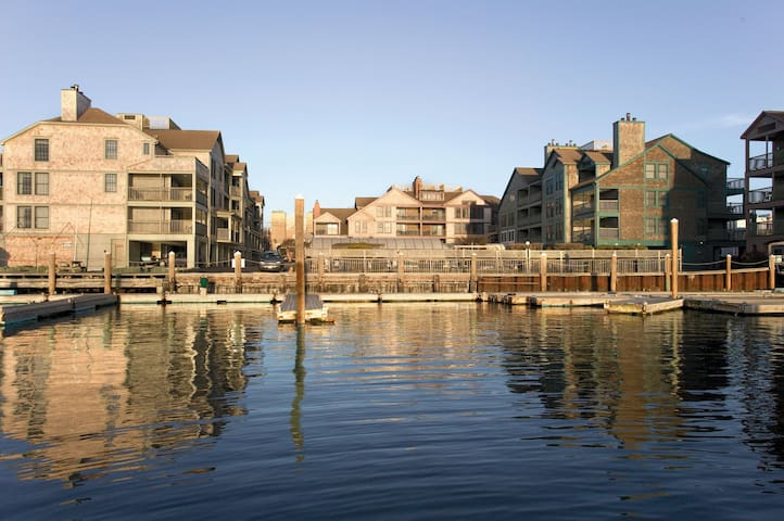 WATERFRONT Resort on THAMES ST. with Pools - 1BR