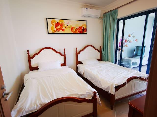 其中一房间是两单人床,