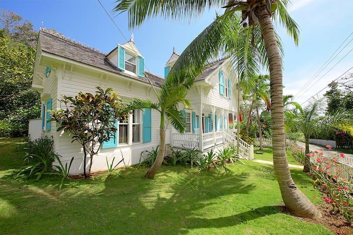 Hillside 4BR 4.5BA Estate Home, Great for Families