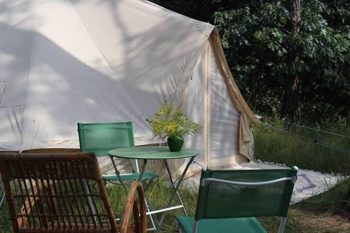 Glamping | Rundzelt mit großem Doppelbett am Wald