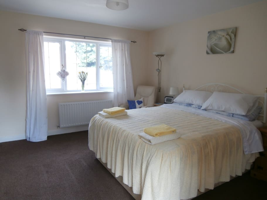 this is a lovely kingsize bed with a memory foam matteress.