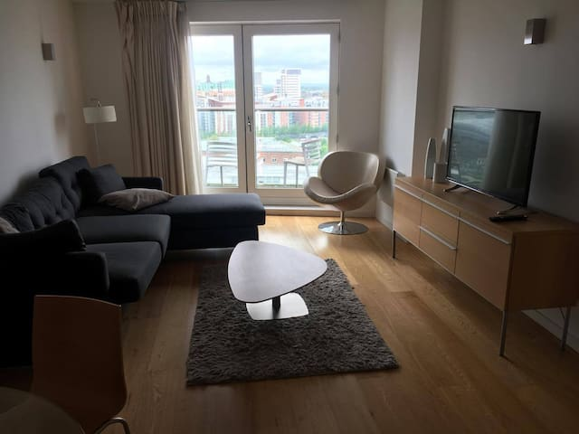 Double room & bathroom in modern City Centre Apt