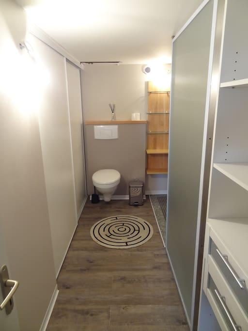 Toilette et douche à l'italienne.