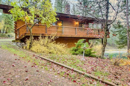 Serene, two-level, lakefront chalet with two decks, great views, updated kitchen