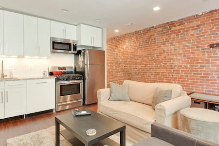 Charming row house with fireplace near everything - Washington - Leilighet