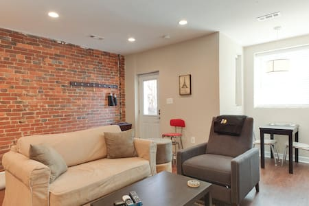 Rowhouse fireplace near everything - Washington - Apartment