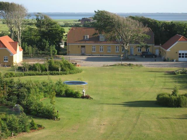 Fra haven op mod huset - og med fjorden i baggrunden.
