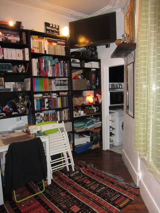 Une bibliothèque, une TV, un téléphone, Internet et un petit bureau.