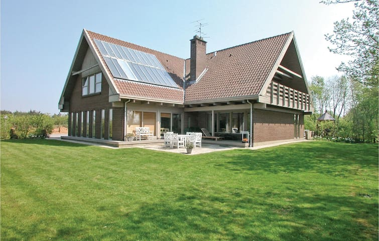 Holiday cottage with 10 bedrooms on 499 m²