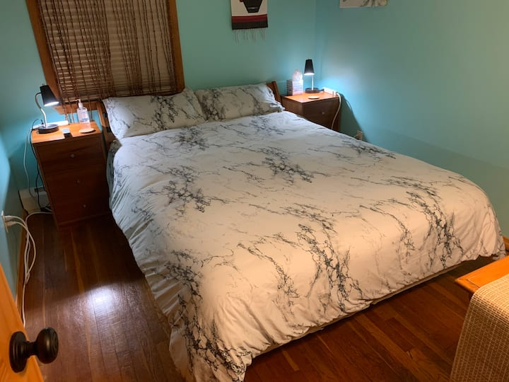 Bedroom in Convenient Quiet Boston Suburb