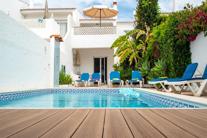 Sea View, AC, private pool just 50 paces to beach!