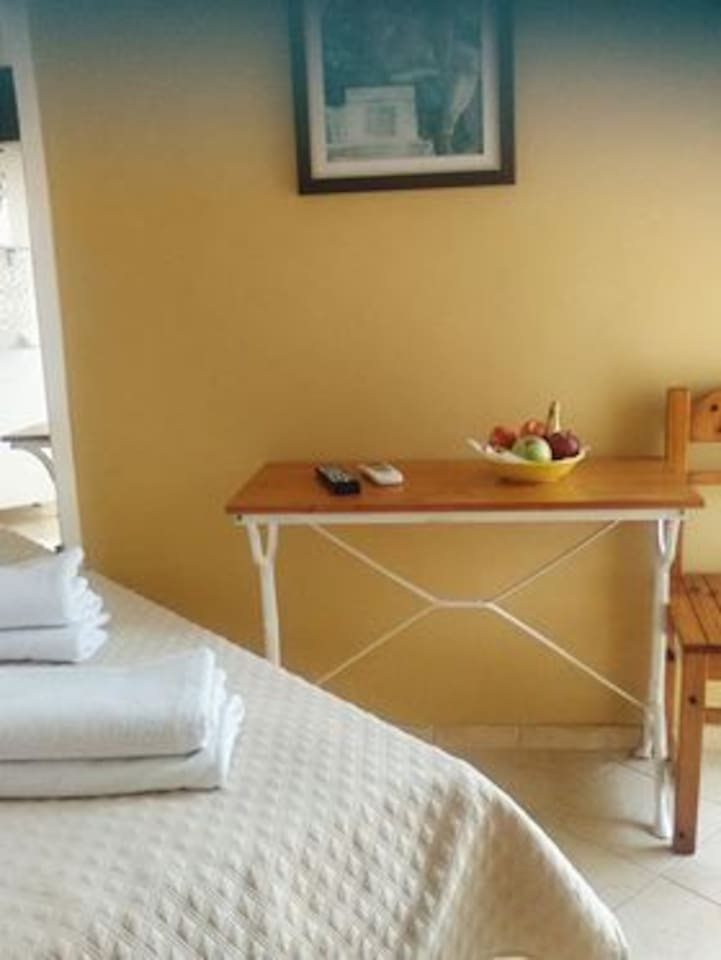 Room in the Center of Alexandroupolis, with a 1,30 bed for 1-2 persons. Included tv, aircondition, refrigerator, free wifi. 5 min. by feet to the harbour, lighthouse, Overland bus, train, and to the seeside avenue with all the taverns and bars. Yes, the room is not big, but all that you need for a few nights in our beautiful town. Street noise because we are in the middle of the town.
