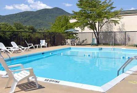 Award-winning Days Inn - Candler, NC 28715, USA - Гестхаус