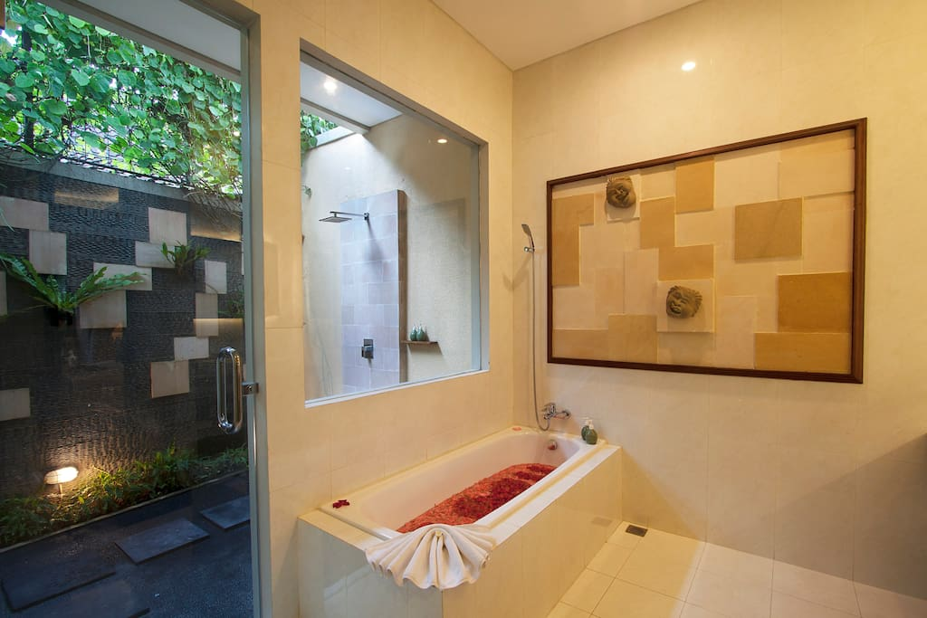 2 showers (outdoor+indoor shower) and one bathtub
