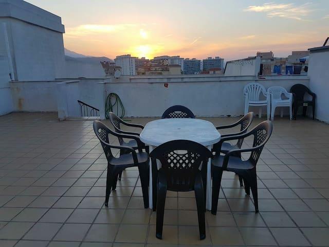 Modern penthouse/Moderno ático a 900 m de la playa