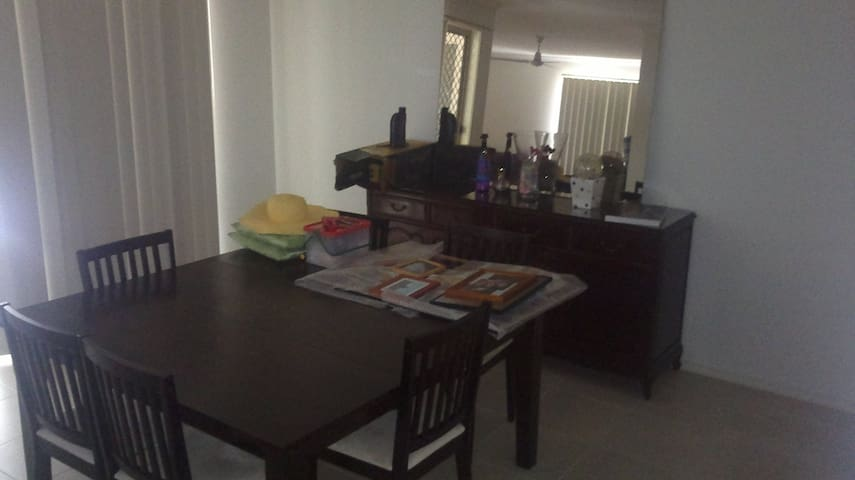 Great convenient location!! - Holland Park West - Rumah