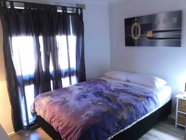Queen Bed/TV Netflix, FREE Wi-Fi, 10m from airport