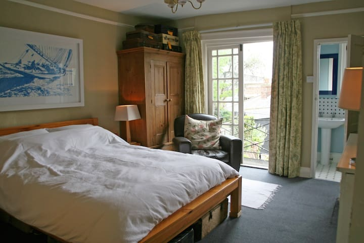 Balcony guest room - friendly family home in Cowes - Cowes - Dom