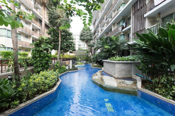 Grand 2BR Apt w/ Balcony View in Upscale Thonglor