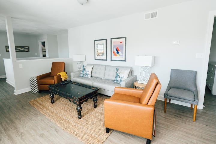 Renovated 3 Bedroom Oasis, 2 Blocks from the Beach