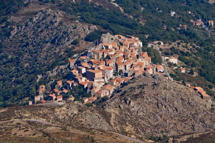 Le village de Spéloncato perché sur son rocher domine la plaine le lac et la mer