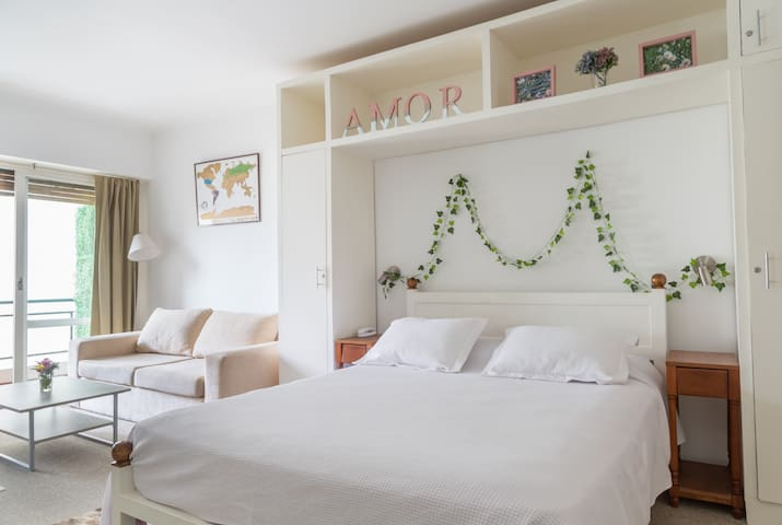 Studio in Recoleta w/balcony. Close to Alvear Av.