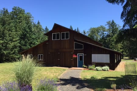 Beautiful Barn Home, Minutes to Wineries & Eugene - Veneta - House