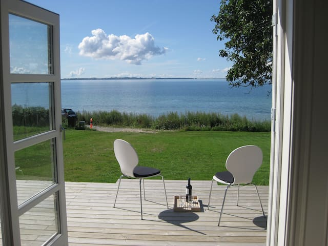 Peaceful cottage on the ocean front - Følle Strand