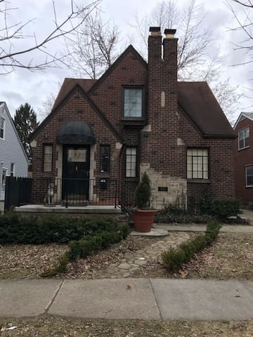 """Mad Men"" style upper flat in a 1930's Tudor - Dearborn - House"