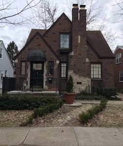 """Mad Men"" style upper flat in a 1930's Tudor - Dearborn - Rumah"