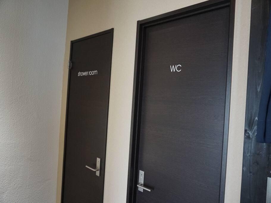 お部屋の中にシャワールーム、トイレが1つずつあります。 There are a shower room, a restroom one by one in a room.