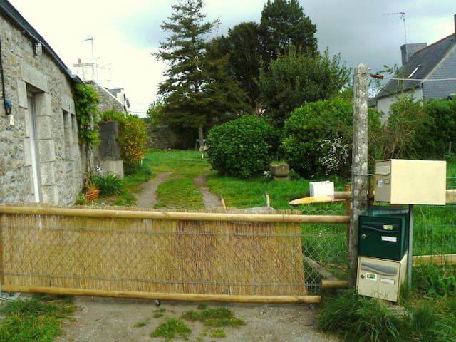 Petite maison en pierre avec jardin - Pont-l'Abbé - House