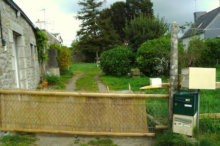 Petite maison en pierre avec jardin - Pont-l'Abbé