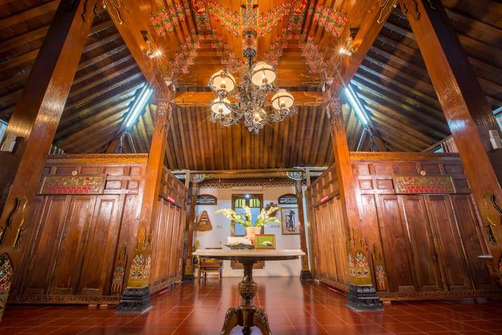 Joglo Yudistira, 4 BR artistic villa in Yogyakarta