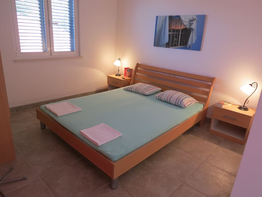 offener Schlafraum mit Doppelbett