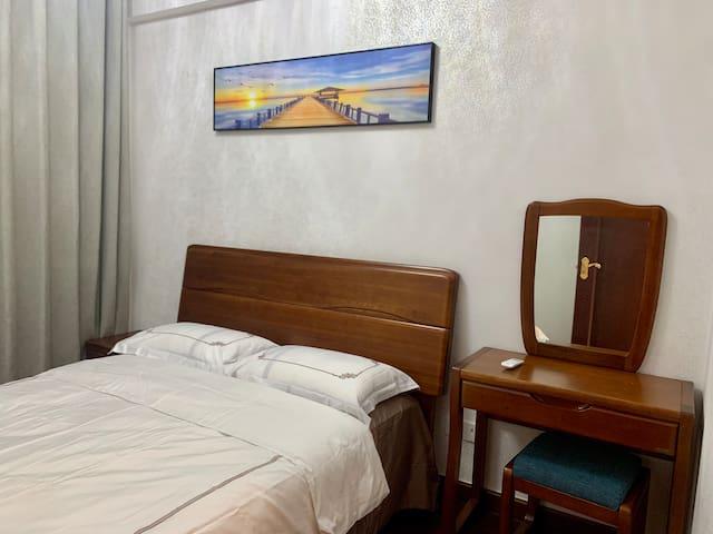 1.5✖️2.0大床,床头柜✖️1,梳妆台✖️1