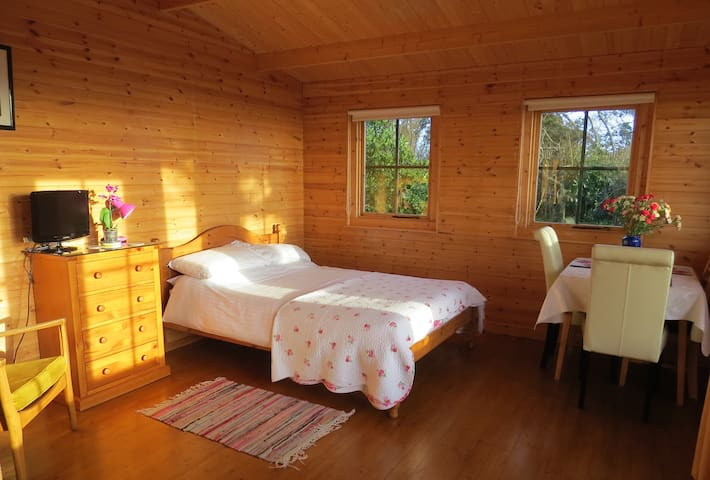 Cosy Pine Lodge, stunning sea views - คิงส์บริดจ์