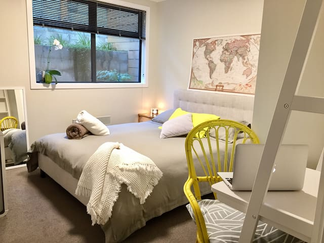 New Modern Cosy Room+Ensuite 5min Drive to Airport